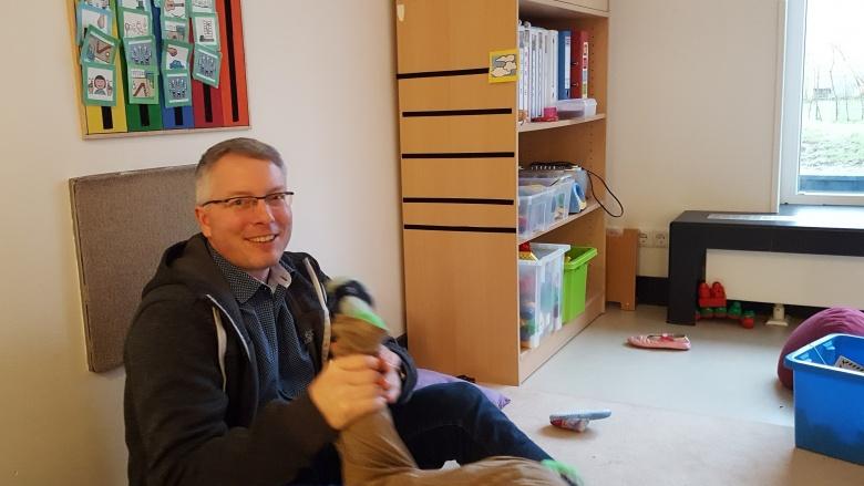 Arne Rüstemeier in der KiTa Kinderkiste