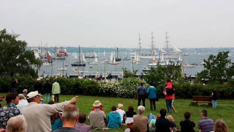 Kieler Woche mit Blick auf viele Traditionssegler und Dampfschiffe
