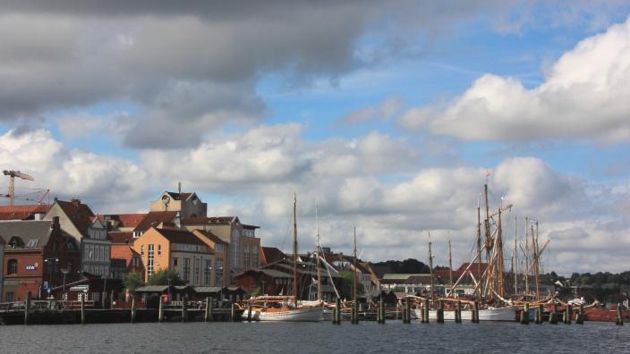 Blick auf die Traditionsschiffe im Historischen Hafen Flensburgs